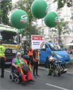 Rollstuhlfahrer auf der Regenbogenparade 2018