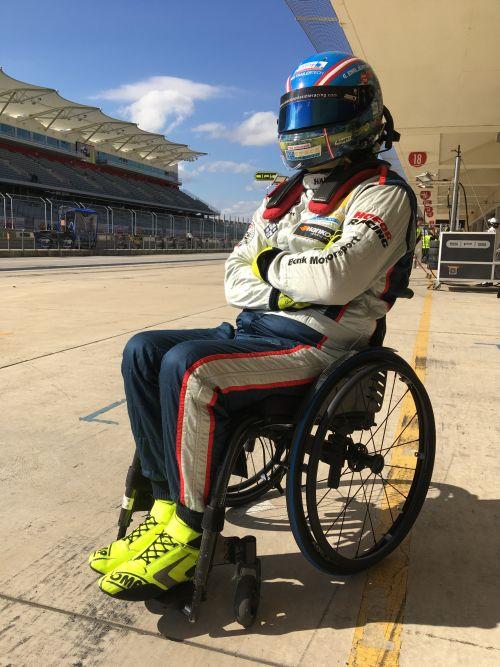 Rollstuhlfahrer mit Sturzhelm