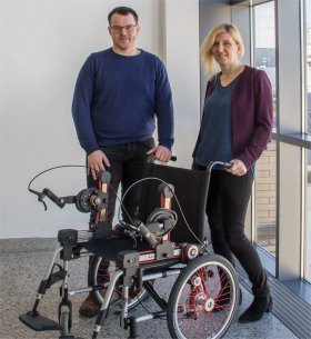 Margit Gföhler mit dem neuentwickleten Rollstuhl